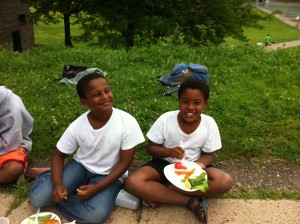 Frogtown youth farmers eat lunch while visiting the West Side.